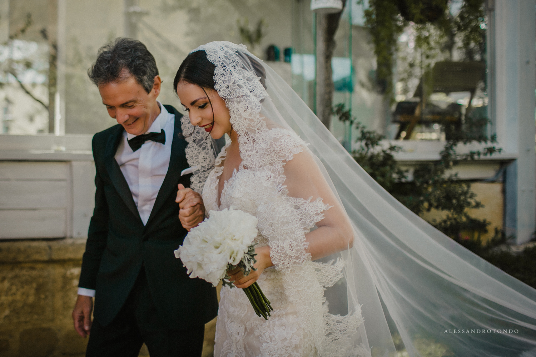 Sposa con papà Alessandro tondo Fotografo di matrimoni